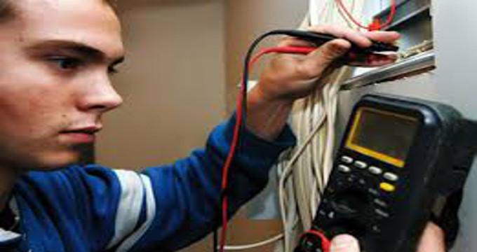 Electricista localizando avería eléctrica